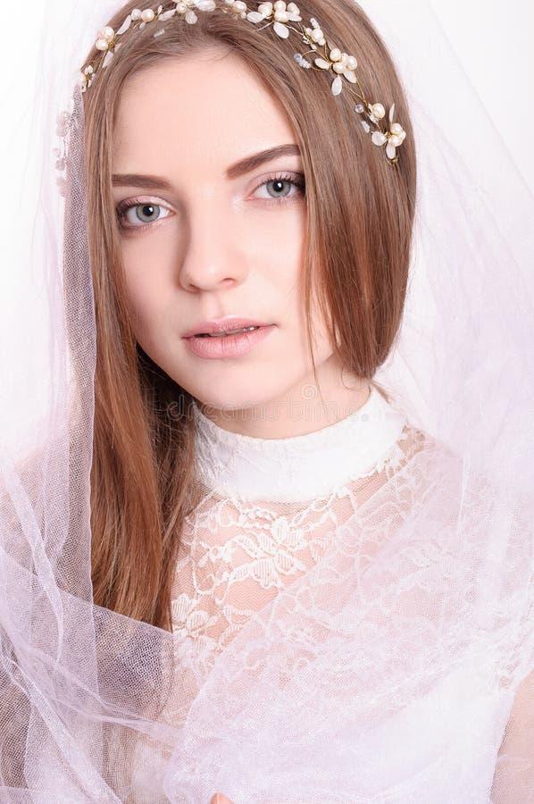 Portret van jonge mooie bruid met witte sluier royalty-vrije stock fotografie