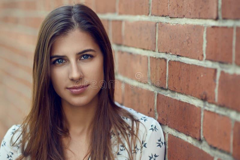 Portret van jonge mooie donkerbruine vrouw met vriendschappelijk mooi gezicht stock afbeelding