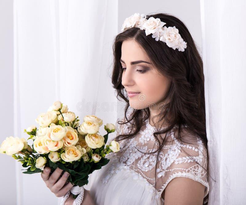 Portret van jonge mooie dromende bruid in witte kleding met F stock foto's