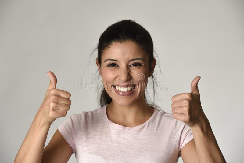 Portret van jonge mooie en gelukkige Latijnse vrouw met grote toothy opgewekt en vrolijke glimlach royalty-vrije stock fotografie