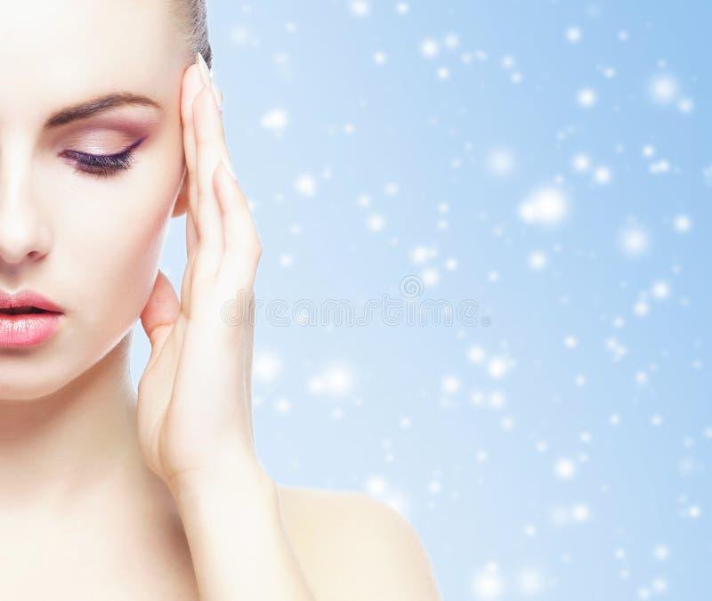 Portret van jonge, mooie en gezonde vrouw over de achtergrond van de winterkerstmis royalty-vrije stock fotografie