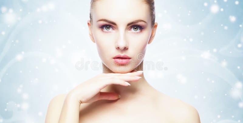 Portret van jonge, mooie en gezonde vrouw over de achtergrond van de winterkerstmis royalty-vrije stock afbeeldingen