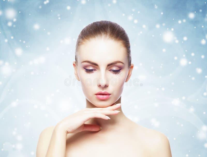 Portret van jonge, mooie en gezonde vrouw over de achtergrond van de winterkerstmis royalty-vrije stock foto's