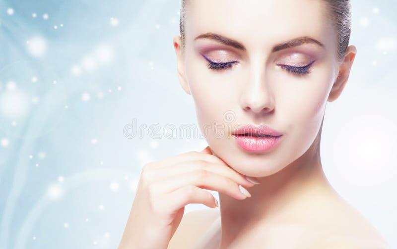 Portret van jonge, mooie en gezonde vrouw: over de winterachtergrond Gezondheidszorg, kuuroord, make-up en gezichts het opheffen  royalty-vrije stock fotografie