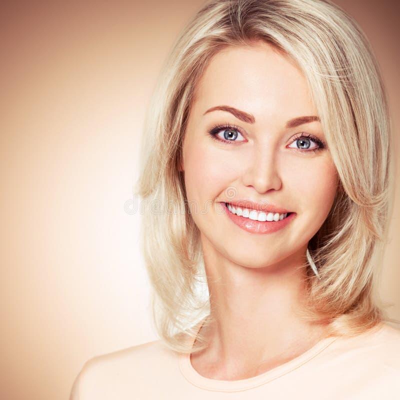 Portret van jonge mooie glimlachende meisjes Leuk meisje royalty-vrije stock afbeelding