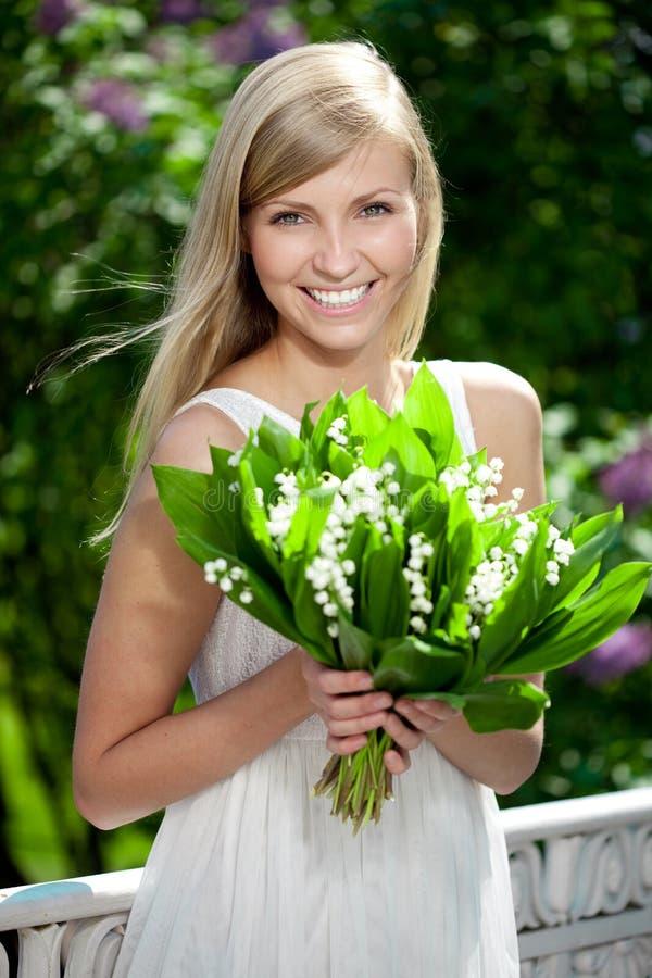 Portret van jonge mooie glimlachende vrouw in openlucht royalty-vrije stock afbeelding