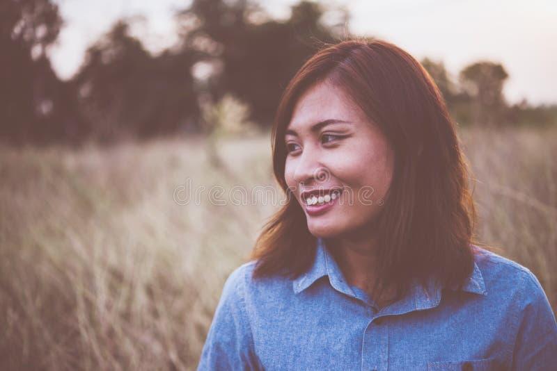 Portret van jonge mooie glimlachvrouw in zonsondergang wijnoogst filte royalty-vrije stock fotografie