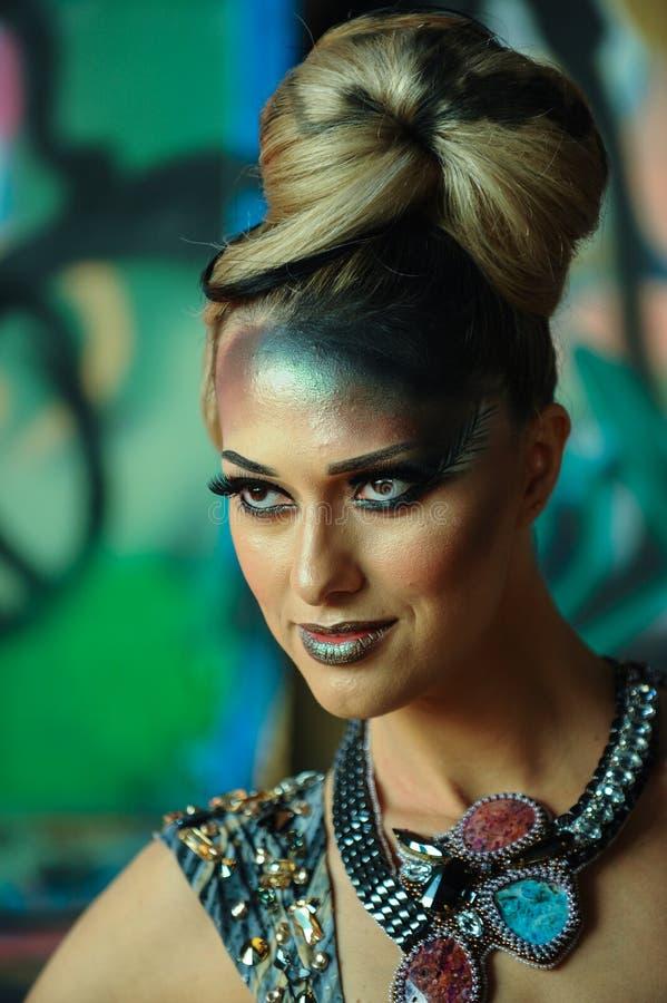 Portret van jonge mooie Kaukasische vrouw met glamour creatief samenstelling en kapsel royalty-vrije stock afbeelding
