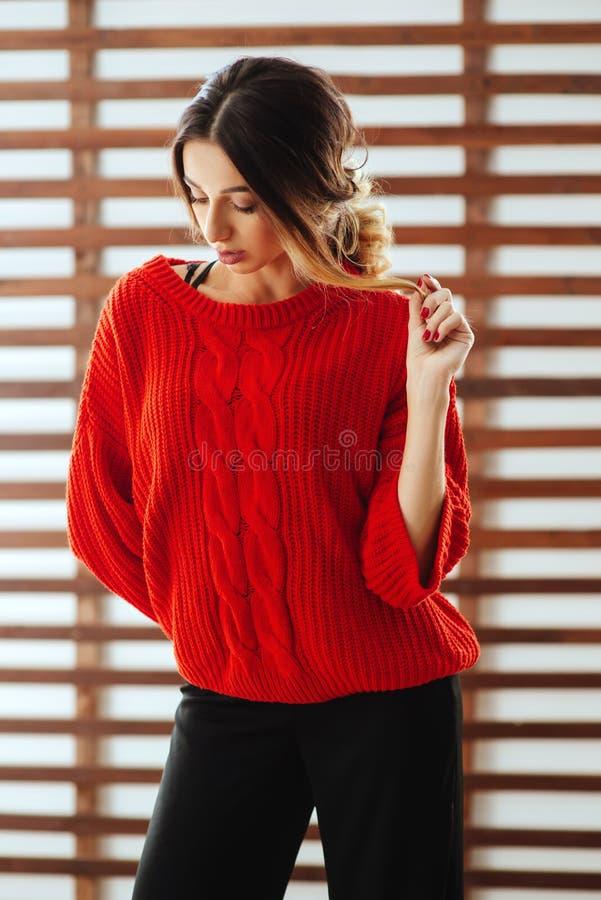 Portret van jonge mooie Kaukasische vrouw in rode t-shirt stock fotografie