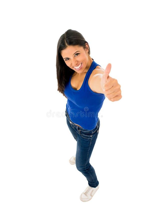 Portret van jonge mooie Latijnse vrouw die omhoog gelukkig en opgewekte duim geven stock afbeelding