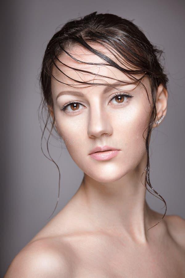 Portret van jonge mooie naakte vrouw met natte het glanzen make-up op grijze achtergrond royalty-vrije stock fotografie
