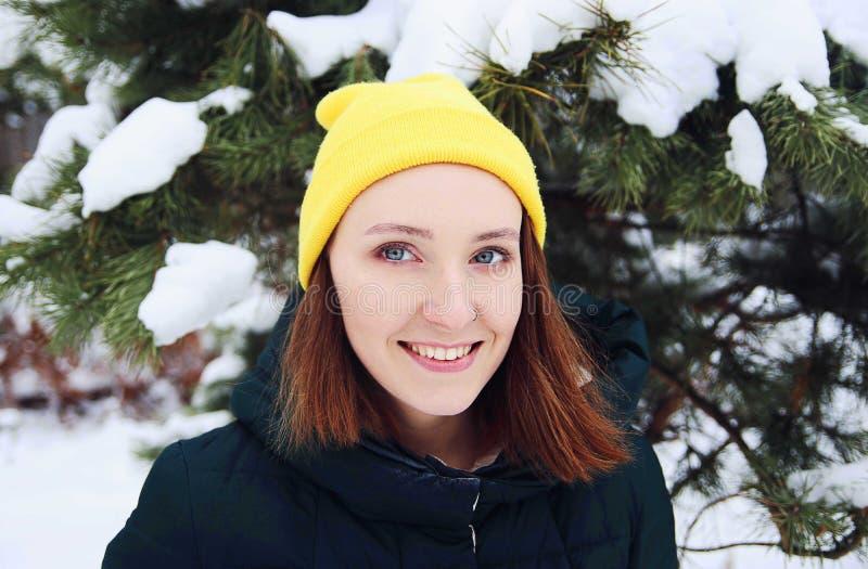 Portret van jonge mooie roodharigevrouw in de winterbos royalty-vrije stock fotografie