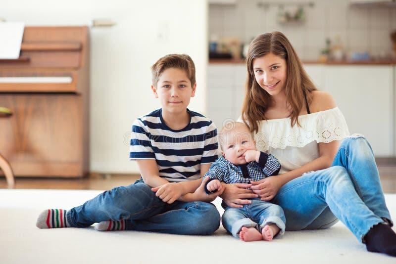 Portret van jonge mooie tiener met haar twee weinig brothe royalty-vrije stock fotografie