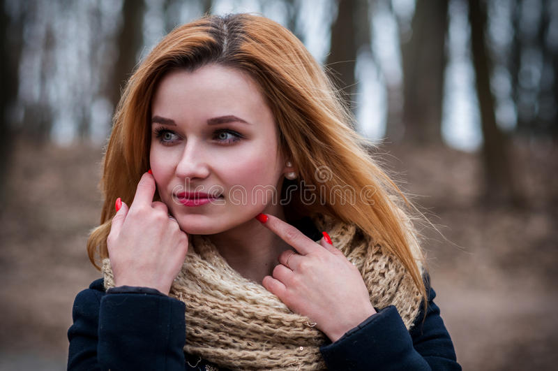 Portret van jonge mooie vrouw in de herfstlaag De foto van de manier royalty-vrije stock afbeelding