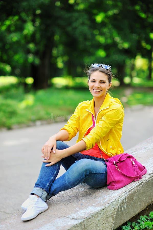 Portret van jonge mooie vrouw in de zomer royalty-vrije stock afbeeldingen