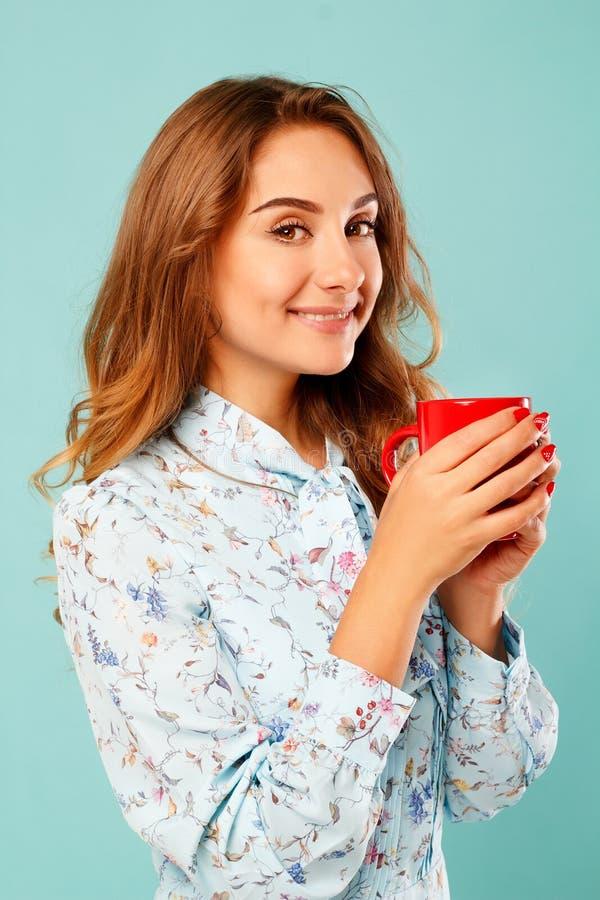 Portret van jonge mooie vrouw het drinken koffie of thee over bl royalty-vrije stock foto