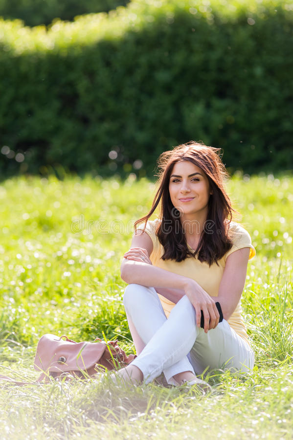 Portret van jonge mooie vrouw in het park van de de zomerstad stock foto's