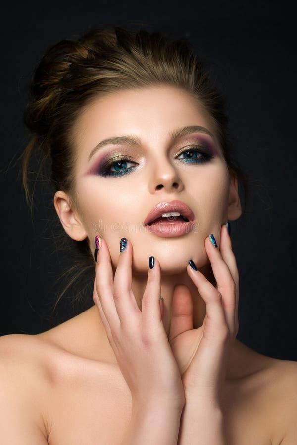 Portret van jonge mooie vrouw met blauwe ogen stock afbeelding
