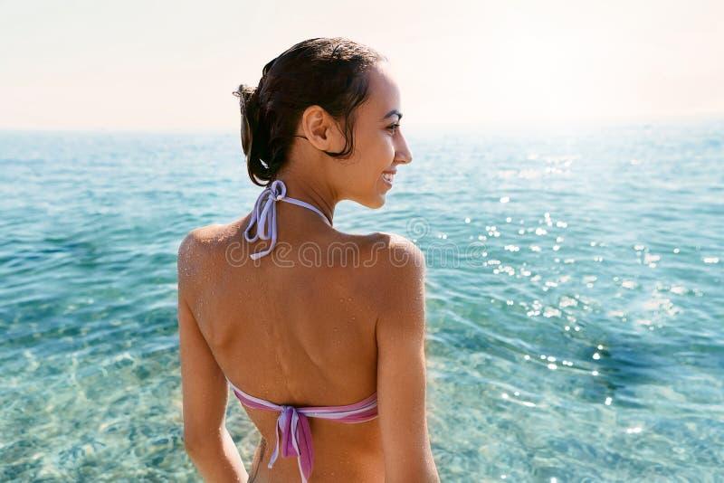 Portret van jonge mooie vrouw met gelooid lichaam in bikini op tropisch zonnig strand De zomer vakantie en het looien royalty-vrije stock foto