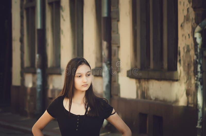 Portret van jonge mooie mooie vrouw met het lange haar stellen in stad Gekleurde foto royalty-vrije stock foto's