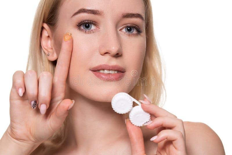 Portret van Jonge Mooie Vrouw met Natuurlijke Make-up en Contactooglens ter beschikking Close-up van vrouwelijke modelholding stock foto
