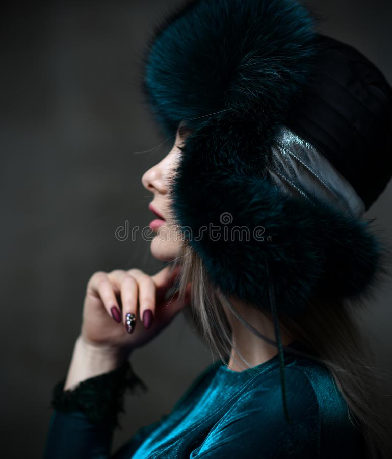 Portret van jonge mooie vrouw in nieuwe groene van het de winterbont van de manier poolvos het oorkleppen royalty-vrije stock fotografie
