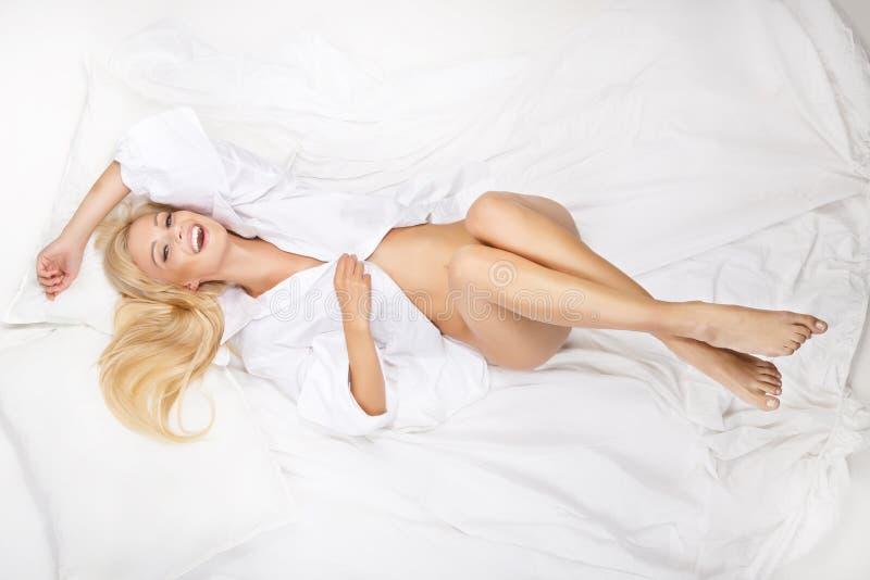 Portret van jonge mooie vrouw op bed royalty-vrije stock afbeeldingen