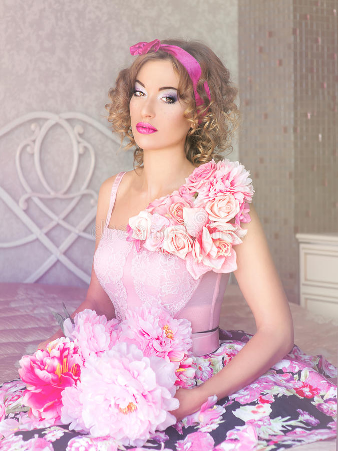 Portret van jonge mooie vrouw in poppenstijl stock foto's