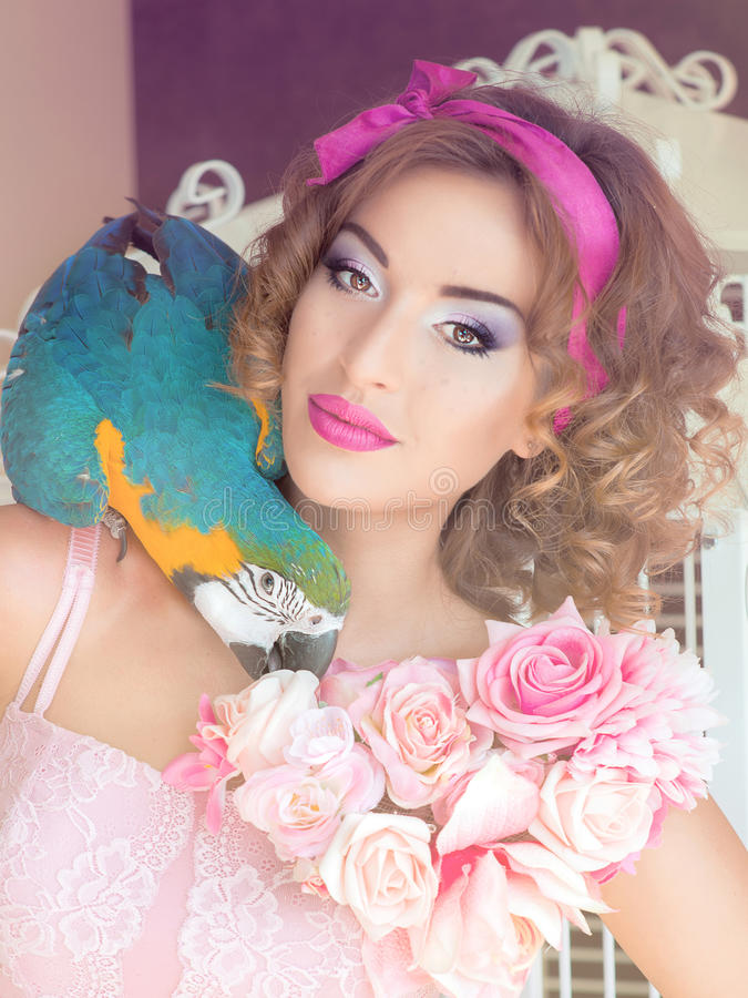 Portret van jonge mooie vrouw in poppenstijl met aronskelken royalty-vrije stock foto