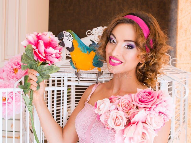 Portret van jonge mooie vrouw in poppenstijl met aronskelken stock afbeelding