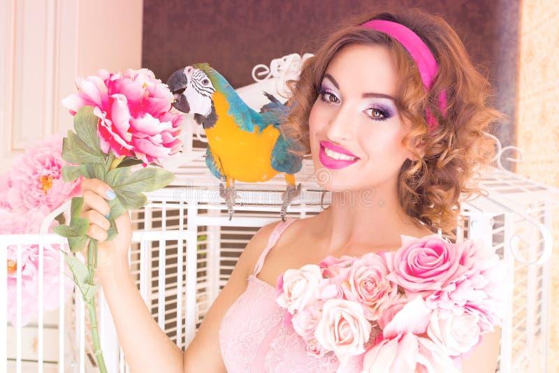 Portret van jonge mooie vrouw in poppenstijl met aronskelken royalty-vrije stock afbeelding