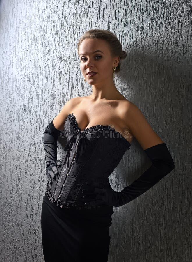 Portret van jonge mooie vrouw in zwart korset royalty-vrije stock foto's