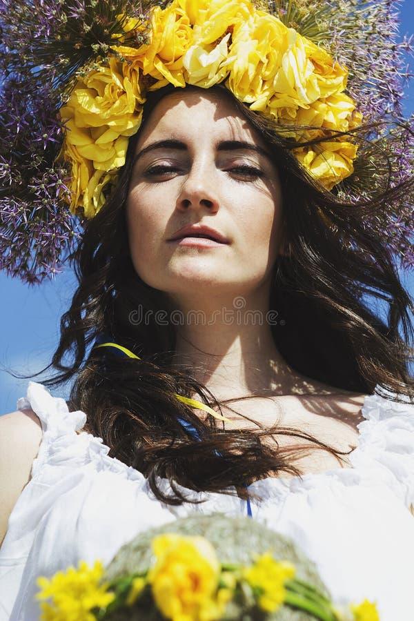 Portret van jonge mooie vrouwencirclet van bloemen op hoofd stock afbeeldingen