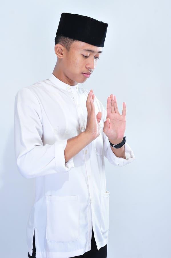 Portret van jonge moslimmensennadruk die aan God bidden royalty-vrije stock afbeeldingen