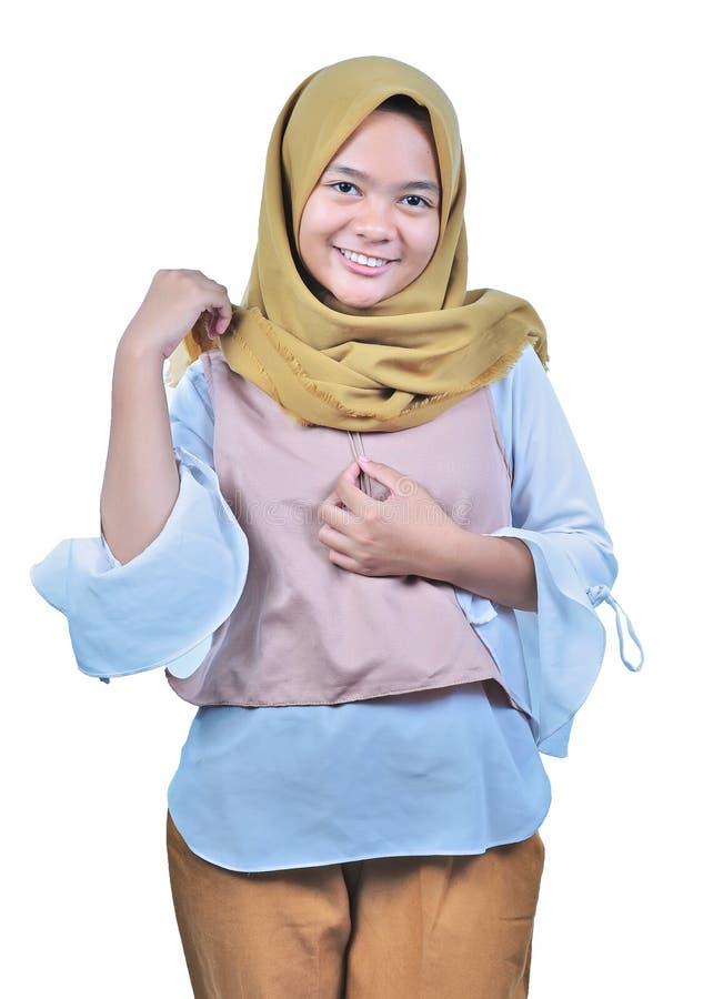 Portret van jonge moslimvrouw in hijab die en camera glimlachen bekijken Een jonge Moslim gelukkige vrouw royalty-vrije stock foto's