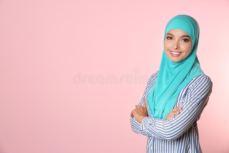 Portret van jonge Moslimvrouw in hijab tegen kleurenachtergrond royalty-vrije stock foto