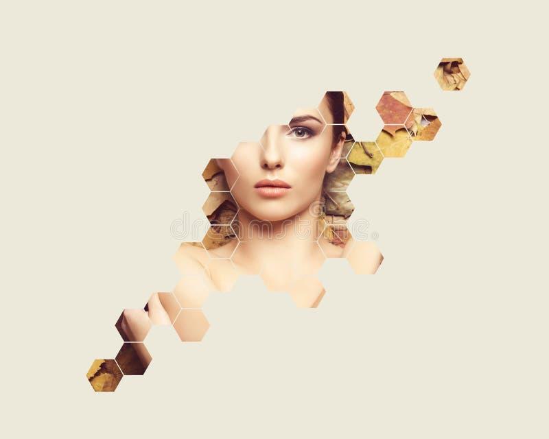 Portret van jonge, natuurlijke en gezonde vrouw over de achtergrond van de herfstbladeren Gezondheidszorg, kuuroord, make-up en g royalty-vrije stock foto