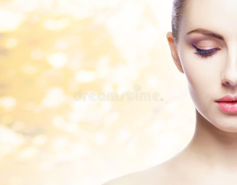 Portret van jonge, natuurlijke en gezonde vrouw over gele de herfstachtergrond Gezondheidszorg, kuuroord, make-up en gezichts het stock foto's