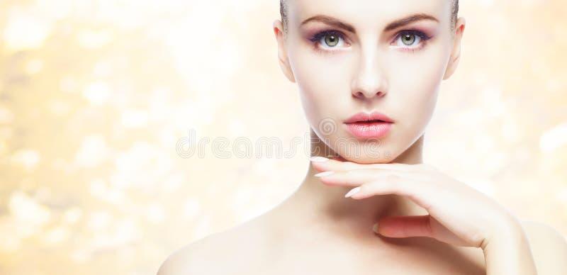 Portret van jonge, natuurlijke en gezonde vrouw over gele de herfstachtergrond Gezondheidszorg, kuuroord, make-up en gezichts het royalty-vrije stock foto's