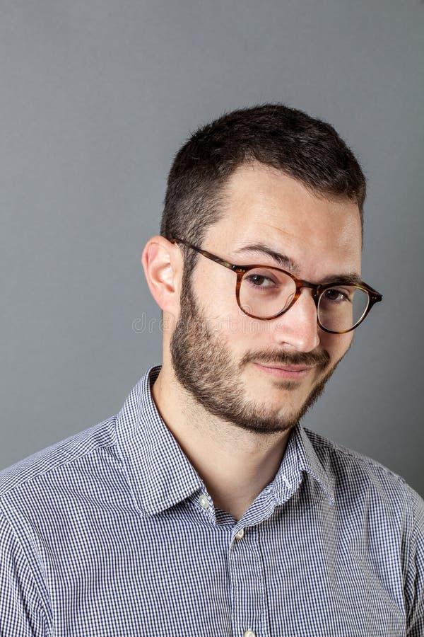 Portret van jonge ondernemer met oogglazen die tevreden kijken royalty-vrije stock afbeelding