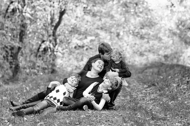 Portret van jonge ouders met drie kinderen Moeder, vader, twee jongens van jonge geitjesbroers en weinig leuke peuterzuster royalty-vrije stock foto