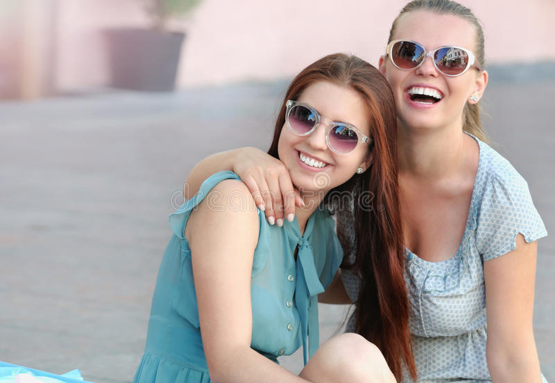 Portret van jonge positieve vrouw twee die pret hebben royalty-vrije stock foto's