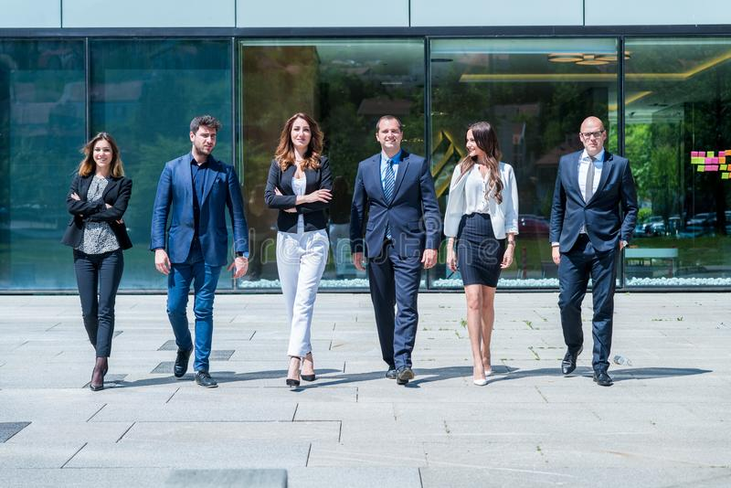 Portret van jonge succesvolle Zaken Team Outside Office royalty-vrije stock afbeelding