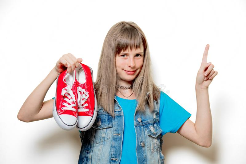 Portret van jonge tiener met rode gumshoes stock fotografie