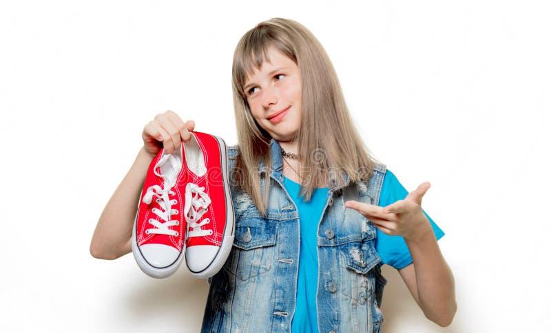 Portret van jonge tiener met rode gumshoes royalty-vrije stock afbeeldingen