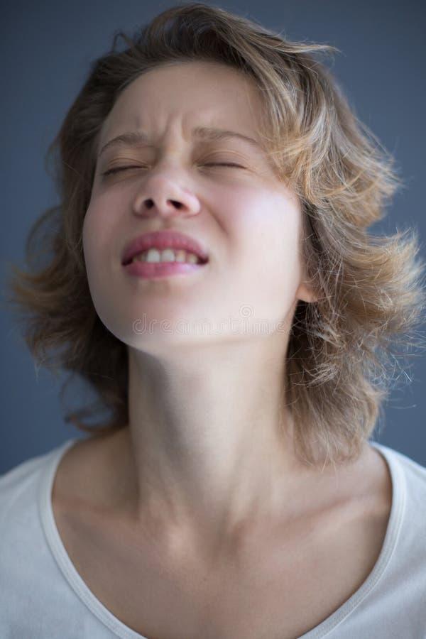 Portret van jonge uitgeputte dame die tiredly haar ogen sluiten royalty-vrije stock afbeeldingen