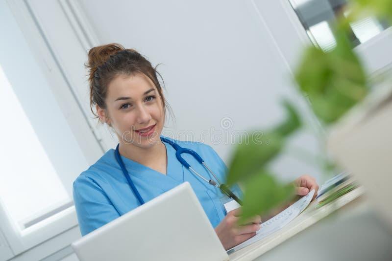 Portret van jonge verpleegster in blauwe eenvormig royalty-vrije stock foto
