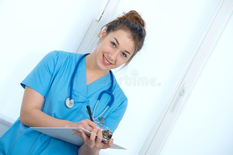 Portret van jonge verpleegster in blauwe eenvormig stock fotografie