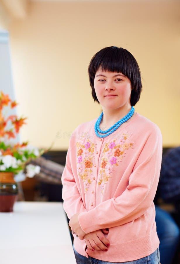 Portret van jonge volwassen vrouw met het benedensyndroom van ` s stock afbeeldingen