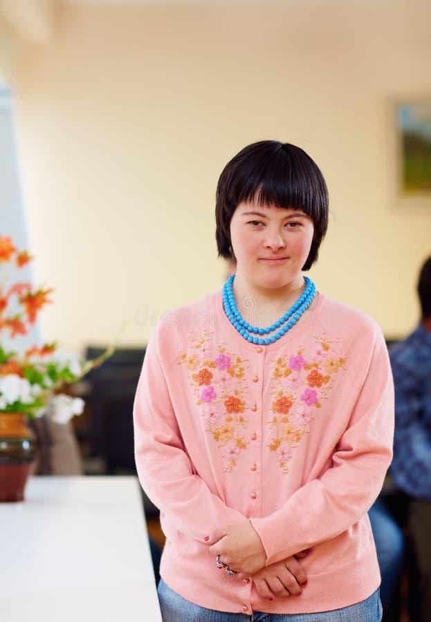 Portret van jonge volwassen vrouw met het benedensyndroom van ` s stock fotografie